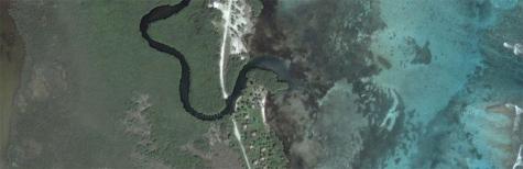 Op de satellietbeelden is goed te zien dat de brug over het riviertje ontbreekt