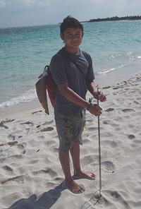 Mexicaance jongen met net gevangen haai