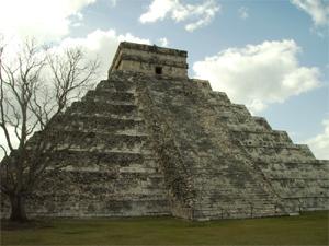 De achterkant van de pyramide in Chichen Itza is nog niet gerestaureerd